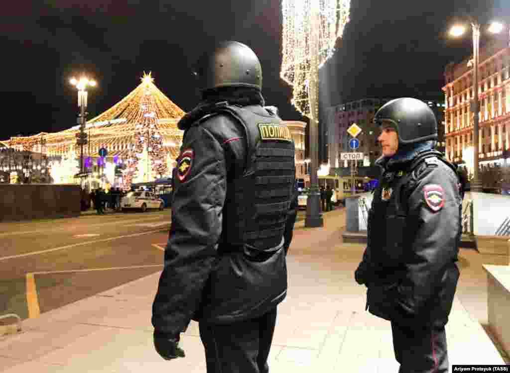 РУСИЈА - Еден полицаец и напаѓачот се убиени, а пет луѓе се повредени во престрелка пред седиштето на Федералната служба за безбедност на Русија (ФСБ), во центарот на Москва. Повредени се четворица припадници на руската служба и еден цивил, соопштија властите.