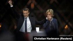 Франция президенті болып сайланған Эммануэль Макрон мен оның әйелі Бриджит сайлаушылар алдында тұр. Франция, Париж, 7 мамыр 2017 жыл.