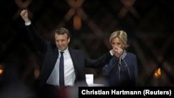Эммануэль Макрон с супругой на сцене у Лувра в Париже празднуют его победу на президентских выборах, Париж, 7 мая 2017 года.