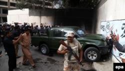 کراچۍ: امنیتي اهلکار پر پوځي سرتېرو د برید ځای پلټنه کوي. ۲۶م جولای ۲۰۱۶