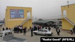 """An Uzbek """"Navbahor"""" market in Tajik Isfara city"""