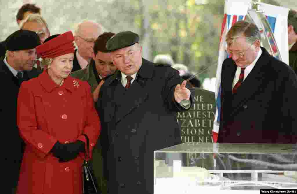 Лужков (у центрі) демонструє королеві Великої Британії Єлизаветі II модель нового посольства Великої Британії в Росії під час офіційного візиту королеви до Росії у 1994 році