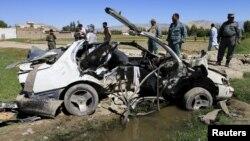 Pjesëtarët e policisë afgane duke zhvilluar hetime në vendin e eksplodimit të mëparshëm të një bombe rrugore