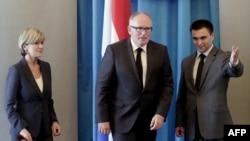 Ministrul de externe ucrainean Pavlo Klimkin (dr.) la întîlnirea sa de astăzi de la Kiev cu omologii săi olandez și australian, Frans Timmermans, respectiv Julie Bishop