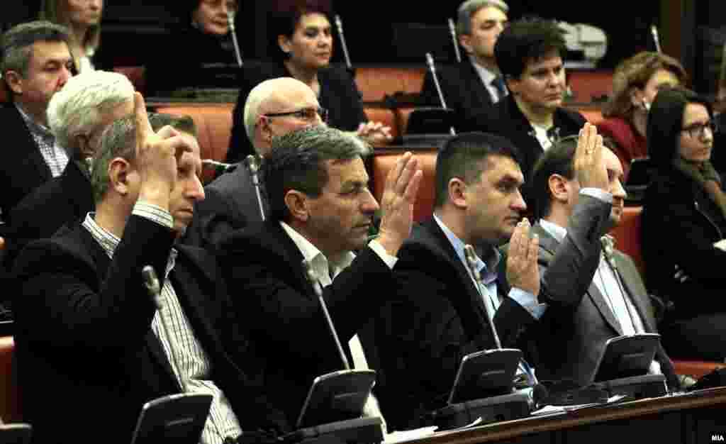 МАКЕДОНИЈА - На пратениците Крсто Мукоски, Љубен Арнаудов, Сашо Василевски, Жаклина Пешевска и Јохан Тарчуловски од ВМРО-ДПМНЕ, како и за Љупчо Димовски од Социјалистичката партија, матичната собраниска комисија одобри одземање на нивниот имунитет. Конечната одлука ќе се носи на собраниска седница. Тие се осомничени за учество во насилствата во Собранието на 27 април. ВМРО-ДПМНЕ реагираше дека со апсењето на неговите пратеници се покажало дека во државата не владее правото.