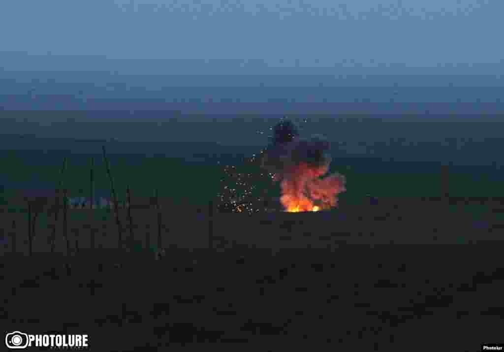 Палаюча військова техніка в районі бойових дій в Нагірному Карабасі, 4 квітня