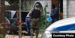 Елизавета Богуцкаяның үйін тінтуге келген полицейлер. 8 қыркүйек 2014 жыл.