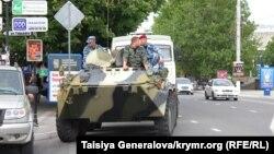 Російська бронетехника на вулиці Сімферополя