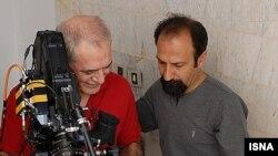 اصغر فرهادی (راست) به همراه محمود کلاری، فیلمبردار، سر صحنه فیلم «جدایی نادر از سیمین»
