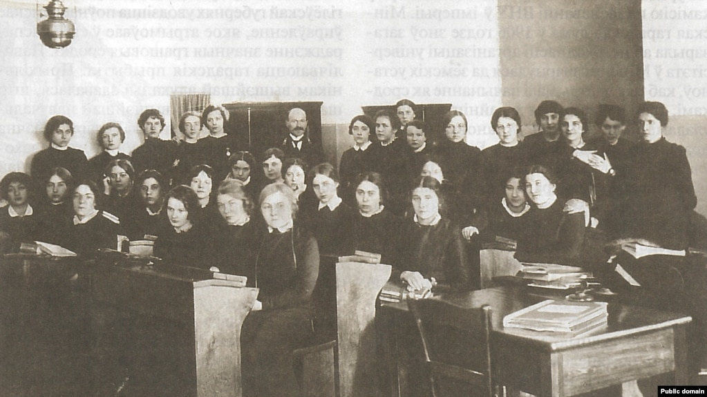 Ученицы Минской Мариинской женской гимназии.  Из книги З.Шыбеки «Минскъ сто лет назад»