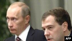 Təhlilçilər deyir ki, Medvedev-Putin tandemi çat verib