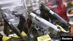В оружейном магазине в американском городе Юниондейл в штате Нью-Йорк. Иллюстративное фото.