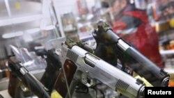 Витрина магазина по продаже оружия. Иллюстративное фото.