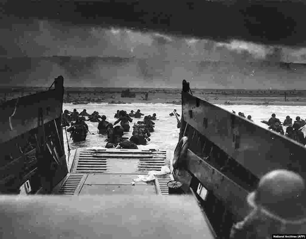 Ця фотографія, надана Національним архівом, зроблена в момент висадки військ американської армії на берег Омаха-Біч у Франції під час Дня «Д», 6 червня 1944 року