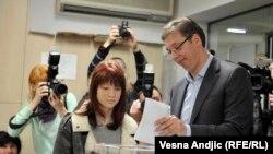 Kryeministri serb, Aleksandar Vuçiq, duke hedhur votën e tij në zgjedhjet parlamentare serbe, 24 prill 2016