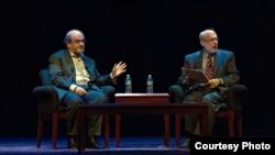سلمان رشدی و رابرت سیگل (Robert Siegel) در سالن لیزنر. روز دوشنبه