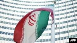 Иранский флаг перед зданием представительства МАГАТЭ.