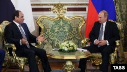 Russian President Vladimir Putin (right) meets with Egyptian counterpart Abdel Fattah al-Sisi at the Kremlin in Moscow in August 2015.