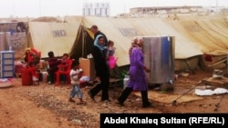 """لاجئون سوريون في مخيم """"دوميز"""""""
