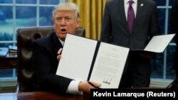 ԱՄՆ նախագահ Դոնալդ Թրամփը փաստաթղթեր է ստորագրում, Վաշինգտոն, 23-ը հունվարի, 2017թ․