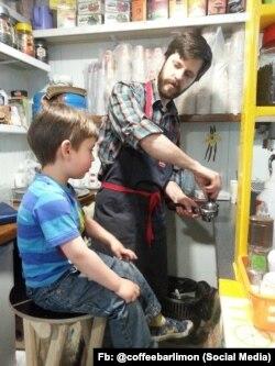 Михаил Гловинский с сыном Леонием варят кофе