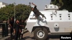 Ushtria egjiptiane i zë pozitat në Sheshin Tahrir në Kajro