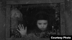 """Кадр из фильма Евы Нейман """"Дом с башенкой"""""""