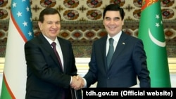 Uzbek President Shavkat Mirziyaev (left) and Turkmen President Gurbanguly Berdymukhammedov shake hands on March 7.