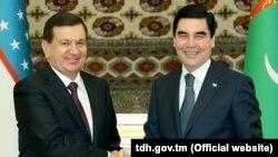 Özbek prezidenti Şawkat Mirziýoýew (çepde) we türkmen prezidenti Gurbanguly Berdimuhamedow.