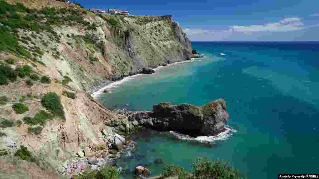 Невеличкий пляж між скелями