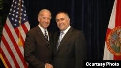 طوم حرب مع نائب الرئيس الاميركي بايدن