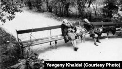 Vyanada intihar. Şəkil Sovet Ordusunun Avstriya paytaxtına girişindən sonra çəkilib. Müttəfiqlər nasist ərazilərində irəliləyərkən, kütləvi intiharlar adi hal sayılırmış.