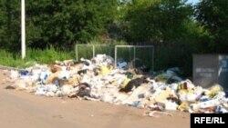 Стихийная свалка мусора в жилом районе. Актобе, октябрь 2008 года.