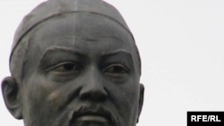 Республика сарайы алдындағы Абай Құнанбайұлының ескерткіші. 4 тамыз 2009 жыл.