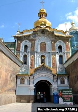 Троицкая надвратная церковь XII века, вход в Киево-Печерскую лавру, один из символов древнерусского православия