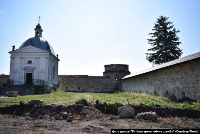 Монастирський комплекс, де є давній цвинтар