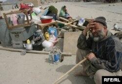 Ауғанстандағы босқындар лагерінде отырған отбасы. Кабул, 8 маусым 2010 жыл. (Көрнекі сурет)