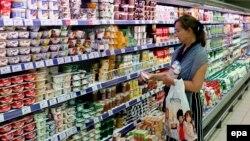 Покупательница в супермаркете в Москве. Август 2014 года.