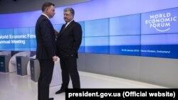 Президент України Петро Порошенко (праворуч) і президент Польщі Анджей Дуда. Давос, 26 січня 2018 року