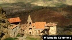 Первыми в набат забили монахи монастыря: несмотря на то что ограничения по передвижению внутри комплекса священнослужителей не касаются, послушники сообщили, что паломников и простых туристов в «азербайджанскую часть» Давид Гареджи пограничники не пускают
