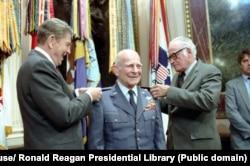 "Президент Рейган и сенатор Голдуотер вручают четвертую звезду генералу ""Джимми"" Джеймсу Дулиттлу. Июнь 1985"