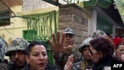 Египет әскерилері Каирдің Замалек ауданындағы сайлау учаскесінде қауіпсіздікті қадағалап тұр. Египет, 28 қараша 2011 жыл.