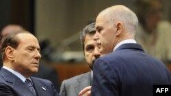 Италијанскиот премиер Силвио Берлускони во разговор со досегашниот грчки премиер Јоргос Папандреу.
