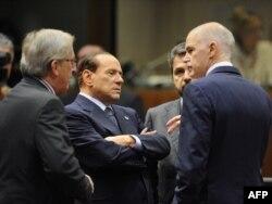 George Papandreou i Silvio Berlusconi u razgovoru sa Jean-Claude Junckerom, 26. oktobar 2011
