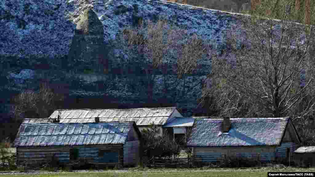 Дома «Славянской деревни» в окрестностях села Танковое Бахчисарайского района