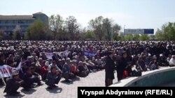 """Маркум акыркы катында """"Мени Кыргызстандагы митингдер жадатты. Эч кандай саясат токубагыла"""" деп жазган."""