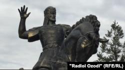 Душанбедегі пост-советтік ескерткіштердің бірі.