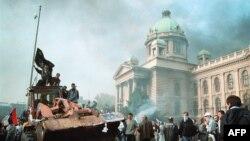 Пратэстоўцы на бульдозэры каля будынку фэдэральнага парлямэнту Югаславіі ў Бялградзе, 5 кастрычніка 2000 году