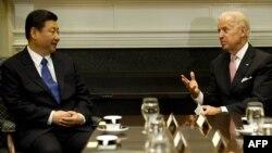 Zëvendëspresidenti i Shteteve të Bashkuara të Amerikës Joe Biden (D) gjatë takimit me presidentin e Republikës Popullore të Kinës, Xi Jinping (M)