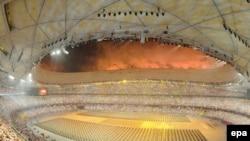 افتتاحيه بازی های المپيک ۲۰۰۸ پکن در مراسم خيره کننده آتش بازی، موسيقی و رقص بيش از پانزده هزار بازیگر در استاديوم عظيم « لانه پرنده» برگزار شد (عکس .EPA)